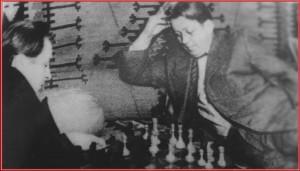 А. И. Фатьянов (слева) и В. П. Соловьев-Седой (справа) играют в шахматы